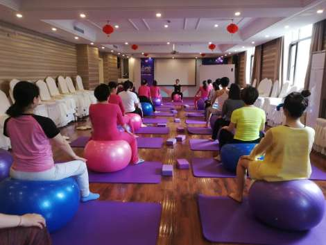 Prenatal pilates class with Jey